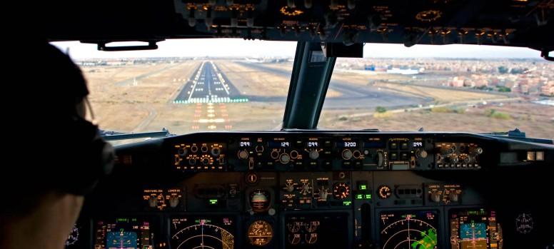 airline-pilot-runway